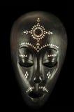 Masque africain d'isolement sur le noir photos libres de droits