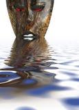 Masque africain dans l'eau Image stock