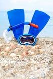 Masque, ailerons et tube à l'arrière-plan de sable Photographie stock libre de droits