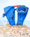 Masque, ailerons et tube à l'arrière-plan de sable Images stock