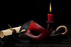 Masque avec la bougie et le vieux défilement photo stock