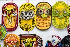 Masque coloré de hibou accrochant sur le mur d'institut d'art Photographie stock libre de droits