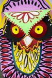 Masque coloré de hibou accrochant sur le mur d'institut d'art Photos stock