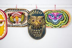Masque coloré de hibou accrochant sur le mur d'institut d'art Photo stock