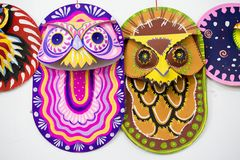 Masque coloré de hibou accrochant sur le mur d'institut d'art Image stock