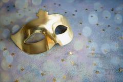 Masque d'or avec des étoiles sur le fond concret Photo libre de droits