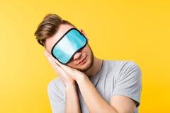 Masque d'oeil sain d'homme de relaxation de repos de sommeil photographie stock
