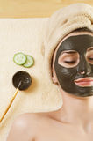 Masque de boue sur le visage. Station thermale. Photo stock