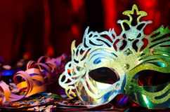 Masque de carnaval avec un fond rouge soyeux Photo stock