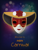 Masque de carnaval de vecteur avec des fleurs et des plumes Invitation au carnaval avec le fond brillant coloré et le masque roug Images stock