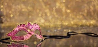 Masque de carnaval sur le fond d'or de bokeh, l'espace de copie photographie stock