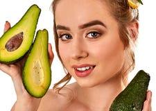 Masque de cheveux des fruits frais sur la tête de femme Fille avec le beau visage Image stock