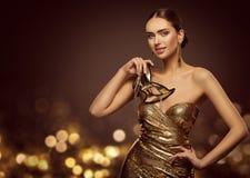 Masque de femme, mannequin Face avec le masque d'or de carnaval, beauté photographie stock