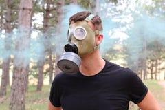 Masque de gaz de port d'homme et panique de expérimentation photographie stock