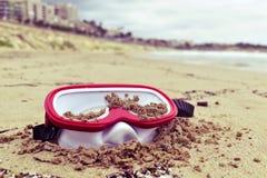 Masque de plongée abandonné sur la plage Images stock