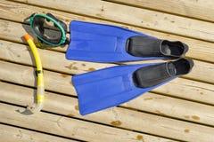 Masque de plongée, ailerons, prise d'air sur le pilier en bois Images libres de droits