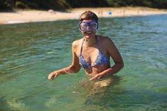 Masque de port de jeune femme heureuse Photographie stock libre de droits
