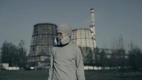 Masque de port de pollution de jeune garçon contre des cheminées d'usine Concept de pollution atmosph?rique Enfant dans la tasse  banque de vidéos