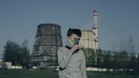 Masque de port de respirateur d'adolescent contre des cheminées d'usine Le garçon suffoque en raison de la pollution Toux de type banque de vidéos