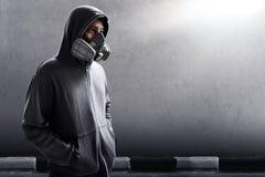 Masque de port de respirateur d'homme mystérieux Photos stock