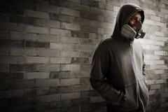 Masque de port de respirateur d'homme mystérieux Images stock