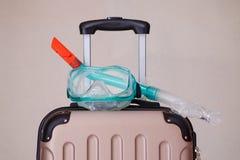 Masque de prise d'air sur la valise pour le voyage en mer Photographie stock