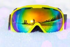 Masque de ski jaune avec la réflexion du paysage Photos stock