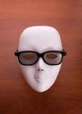 Masque de théâtre en verres sur la table Photo stock