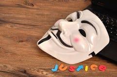Masque de vendetta montré avec la justice Ce masque est bien-pour connaître le symbole pour l'anonyme de groupe photographie stock libre de droits