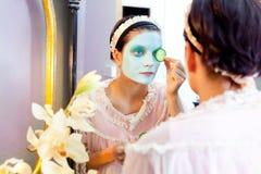 Masque drôle d'argile de vert de beauté de femme au foyer Image libre de droits