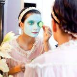 Masque drôle d'argile de vert de beauté de femme au foyer Images libres de droits