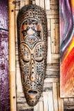Masque en bois fabriqué à la main décoré photo libre de droits