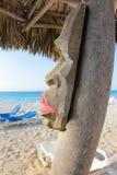 Masque en bois sur la plage caribean Image libre de droits