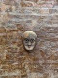 Masque en bois sur le mur images stock