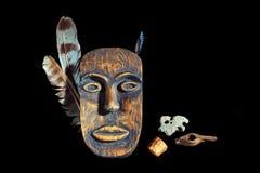 Masque en bois sur un fond noir photos libres de droits