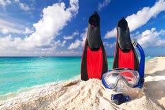 Masque et ailerons naviguants au schnorchel sur la plage Photographie stock libre de droits