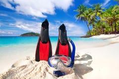 Masque et ailerons naviguants au schnorchel sur la plage Photos stock