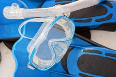 Masque et ailerons naviguants au schnorchel sur la plage tropicale Photo stock