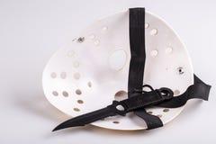 Masque et couteau de meurtrier sur le blanc images libres de droits