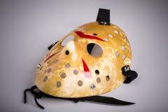 Masque et couteau de meurtrier sur le blanc image stock