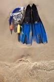Masque et nageoires sur le sable Photos stock