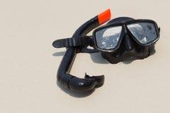 Masque et prise d'air de plongée sur la plage Image stock