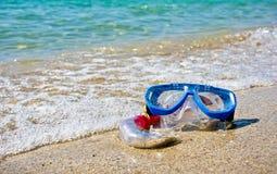 Masque et prise d'air se trouvant sur le sable Photographie stock libre de droits