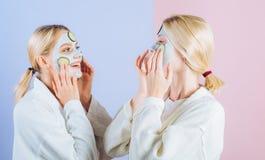 Masque facial d'argile naturel , Soeurs ou maman et fille d'amies refroidissant faisant ? argile le masque facial Anti masque d'? photographie stock libre de droits