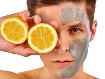 Masque facial d'homme des fruits et de l'argile Boue de visage appliquée images libres de droits