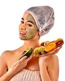 Masque facial de boue de femme dans le salon de station thermale Massage de visage photos stock