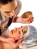 Masque facial de boue de femme dans le salon de station thermale Massage de visage images libres de droits