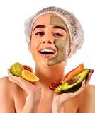 Masque facial de boue de femme dans le salon de station thermale Massage de visage images stock