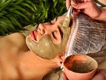 Masque facial de boue de femme dans le salon de station thermale Procédure de visage photographie stock
