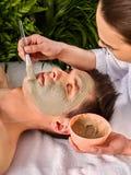 Masque facial de boue de femme dans le salon de station thermale Massage de visage image stock